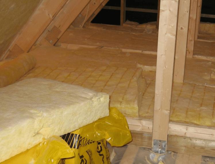 Det er et lovkrav at få efterisoleret loftet i forbindelse med en tagrenovering hvis det kan betale sig. Det kan det typisk hvis du idag har mindre end 250 mm. isolering.