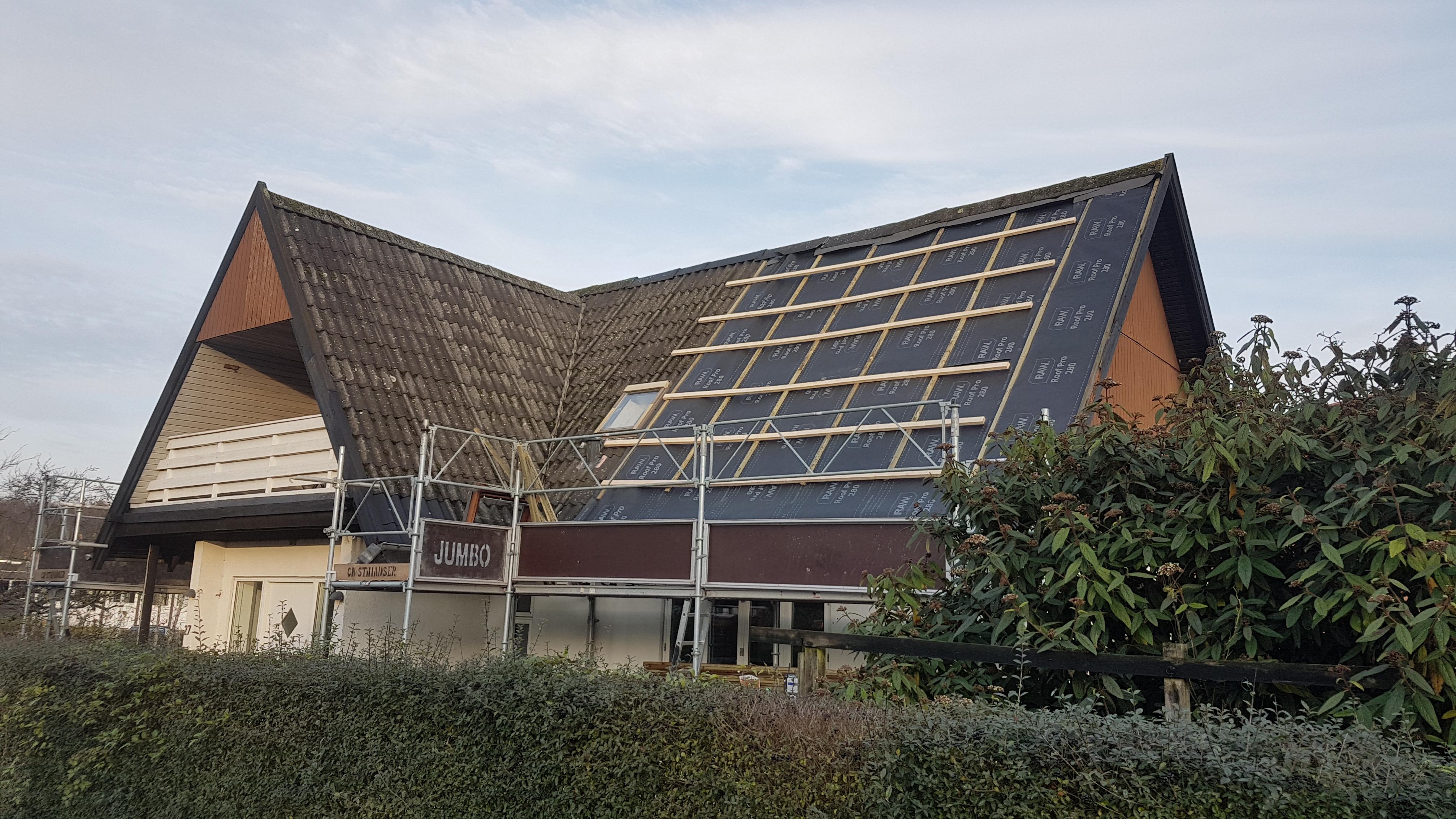 Det gamle Eternittag blev afmonteret i etaper og der blev samme dag monteret undertag.