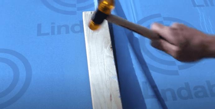 Herefter bankes kliksamlingen helt på plads ved hjælp af en hammer og en beskyttelses-klods.