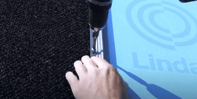 Lindab Kliktag oplægges fra højre mod venstre og fastgøres til underlaget med rustfri specialskruer.
